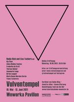 Plakat zur Ausstellung. Anklicken vergrößert das Bild. Es zeigt: Einen rosanen Hintergrund mit einem grauen spitzen Dreieck, das nach unten zeigt. Darauf stehen in grauer Schrift die Daten zur Ausstellung.