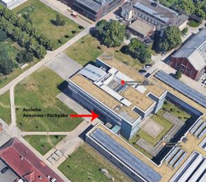Das Bild zeigt in eienr Luftaufnahme den südwestlichen EIngang der Kunstakademie, an dem  die Ausgabe der Ausleihe stattfindet