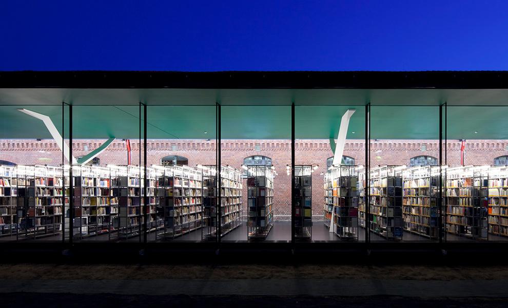 Nachtaufnahme Fassade der Bibliothek