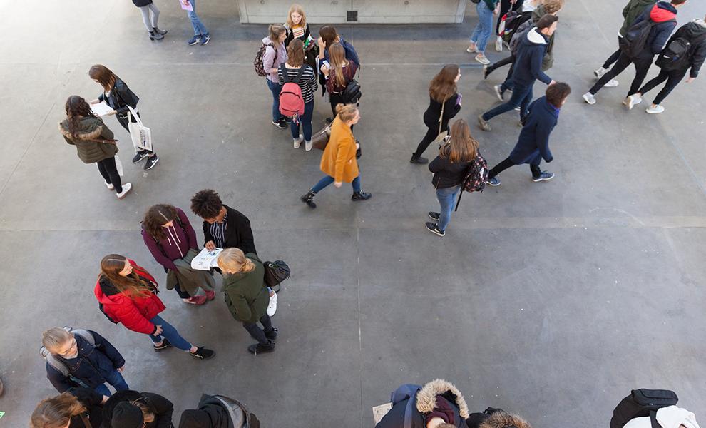 Foto Studierende im Foyer der Kunstakademie