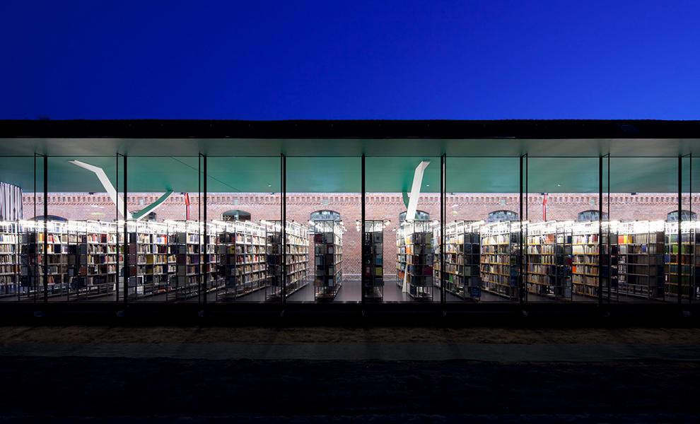 Nachtaufnahme der Fassade der Bibliothek